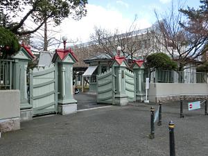 写真:奈良女子大学:正門と守衛室