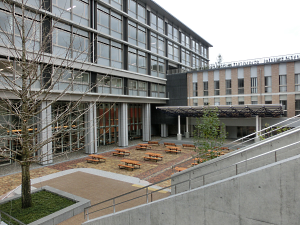 写真:佛教大学の新校舎と広場