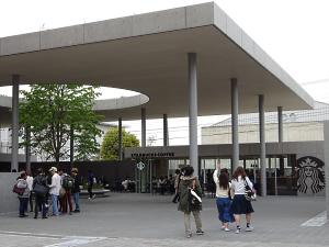 写真:龍谷大学深草キャンパスの新学舎「和顔館(わげんかん)」にオープンしたスターバックス