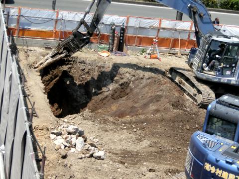 写真:「咲あん上京」手強い既存解体工事の様子
