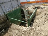 写真:土が崩れてくるのを防ぎながら解体を進める様子
