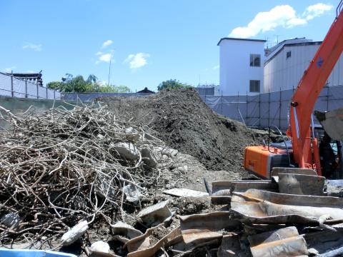 写真:コンクリート塊から外され積み上げられた鉄筋とH鋼