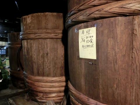 写真:味噌醤油工場の木桶