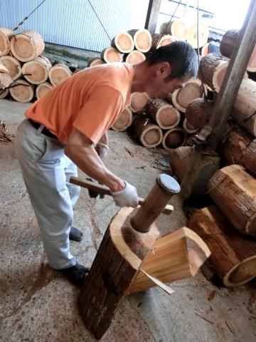 写真:樽丸の製作工程(丸太を大まかに割る)