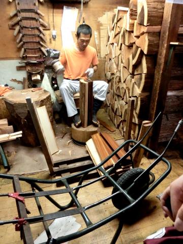 写真:樽丸の製作工程(包丁で年輪に沿って割る)