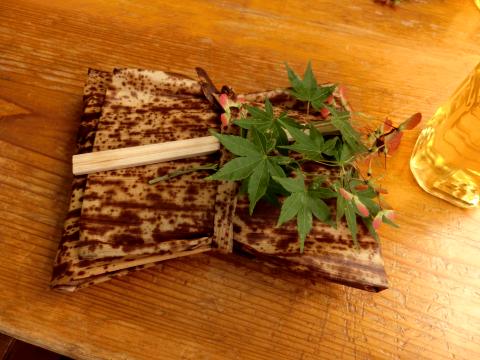 写真:竹の皮に包まれたお弁当