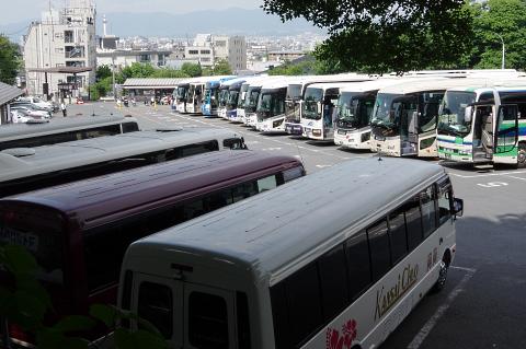写真:早い時間帯から観光バスで一杯の京都市清水坂観光駐車場