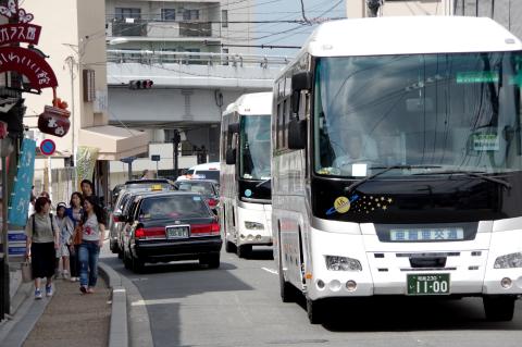 写真:清水坂に入ってくる観光バス