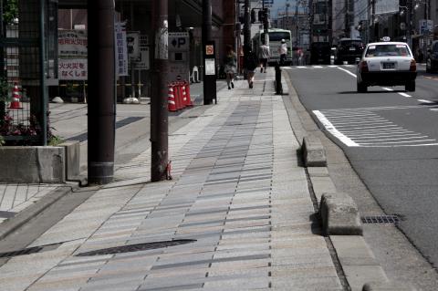 写真:大きく傾いた東大路の歩道(東山消防署付近の西側)