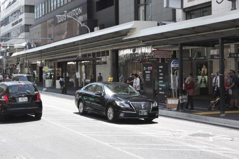 写真:1度に3台停まれるようになるバス停、現在は手前から乗り場・降り場・降り場になっている(大丸前の西行き)