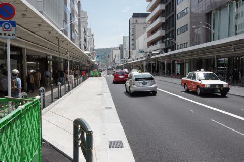 写真:街区毎に1ヵ所設置される停車スペース(富小路~柳馬場間の北側)