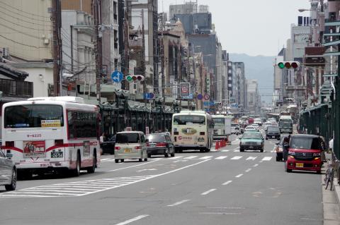 写真:祗園の四条通(今回、歩道拡幅はされない)
