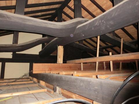 写真:屋根裏にはこんなに立派な梁が。見せようか、検討中です。