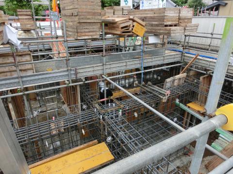 写真:コンクリート型枠が運び込まれる