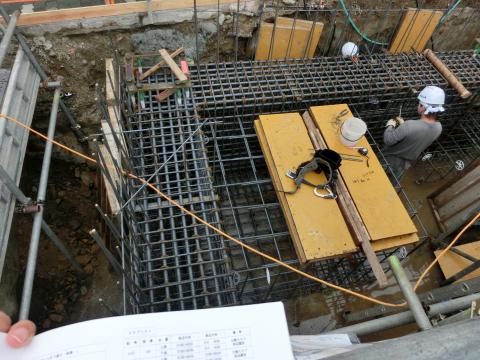 写真:鉄筋がカゴ状に組まれた地中梁