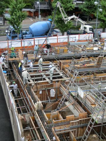 写真:生コンクリートが打設されていきます