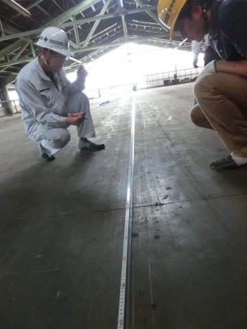写真:テープ合わせ。現場の鋼尺と工場の綱尺の誤差を確認。