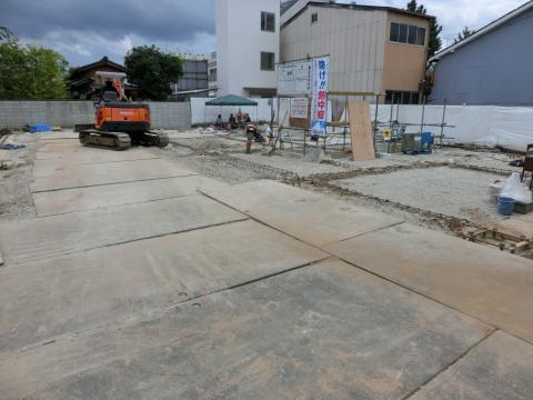 写真:土で埋め戻された敷地