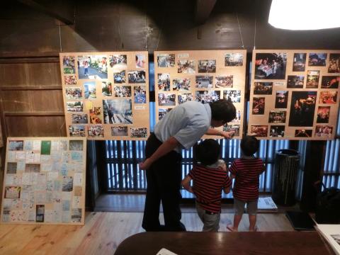 写真:展示パネルを見る神谷さんと子どもたち