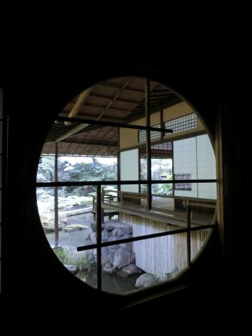 写真:茶室から書院を池ごしに眺める