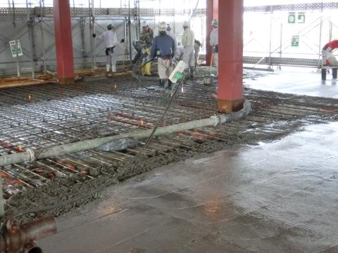 写真:鉄筋を配筋した床の上に生コンクリートが打たれています