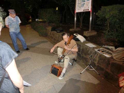 写真:ボウガンを楽器に仕立てて演奏している方