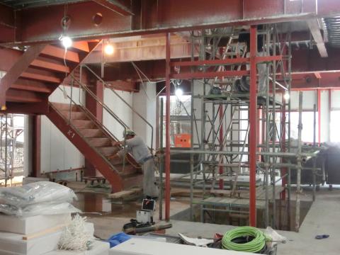 写真:屋内階段施工中の左官屋さん