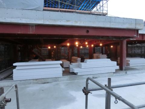 写真:5階はこれから外壁を張る工事。ALC板が搬入されています。