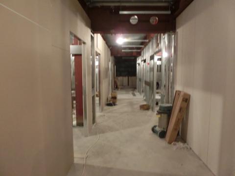 写真:廊下の壁が建ち始めました