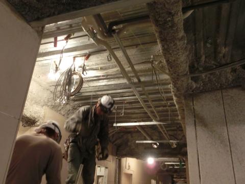 写真:廊下の天井にエアコン設置工事中