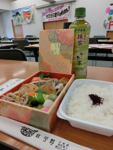 写真:建交労女性部会大会でのお昼のお弁当