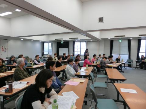 写真:建交労女性部会大会での討論・報告の一コマ