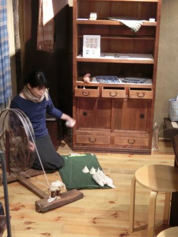 写真:綿花から糸を紡ぐ中野さん