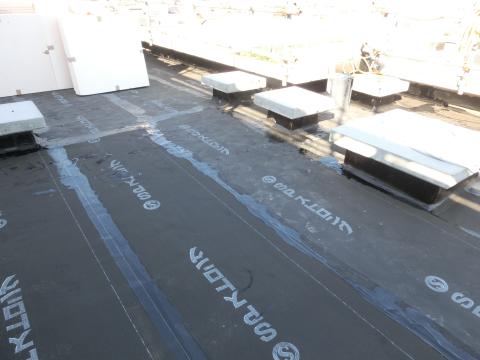 写真:断熱工事が進む屋上