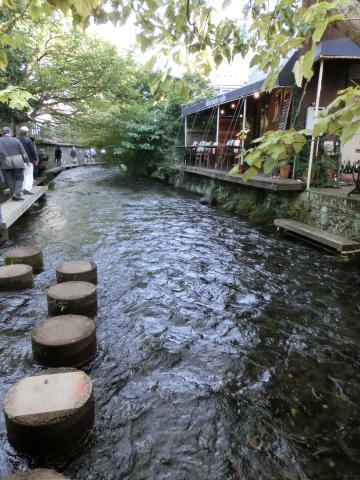 写真:源兵衛川の「遊歩道」を歩いていると素敵なカフェに巡り会える