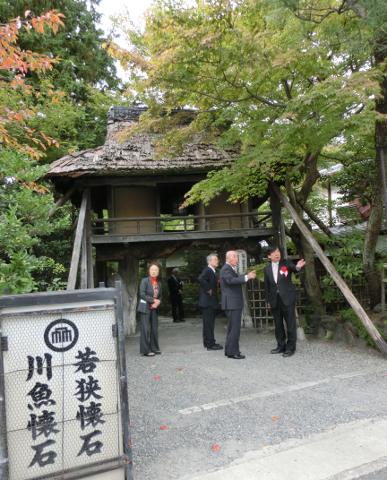 写真:会場となった山ばな平八茶屋の山門