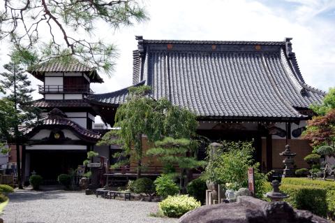 写真:阿弥陀寺の本堂と御三階