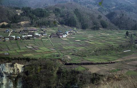 写真:会津下郷の農村を走る会津線の蒸気機関車が牽く貨物列車