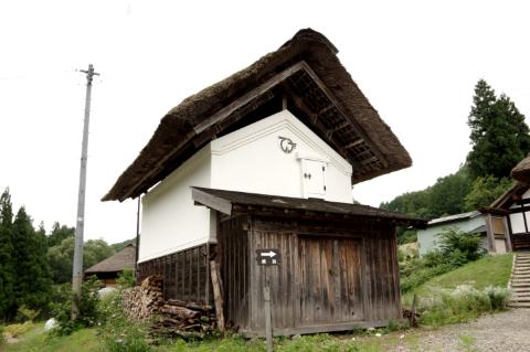 写真:茅葺き置き屋根の土蔵