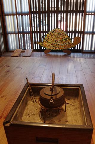 写真:ミセノマの火鉢と糸屋格子を背にしたカメの不思議な取り合わせ