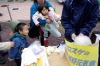 写真:綿菓子に集まる子どもたち