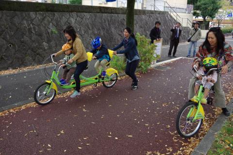 写真:自転車が長いのでスタッフに押してもらってのスタート