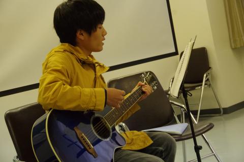 写真:京都経済短大の学生によるギターの弾き語り