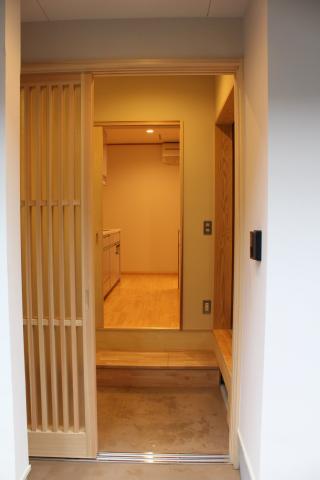 写真:戸を開けた玄関、まっすぐ進むとキッチンにつながる