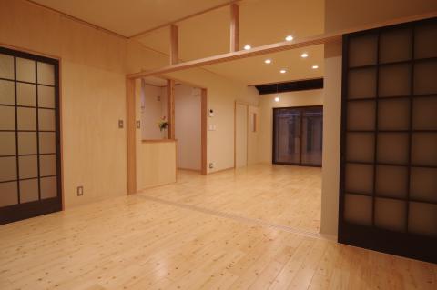 写真:表の間から居間とキッチンを望む