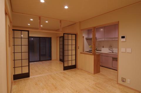 写真:居間からキッチンと表の間を望む