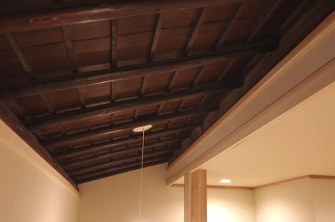 写真:部分的に残した既存の天井
