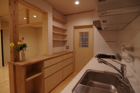 写真:キッチンから見た玄関への扉と居間