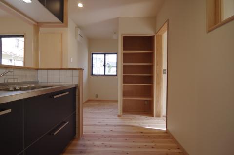 写真:キッチンと収納棚、その奥に隠れたコーナー