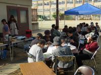 写真:「カフェ紫野」北区紫野学区で月2回開かれているお年寄りの交流の場(昨秋の授業でボランティア体験)